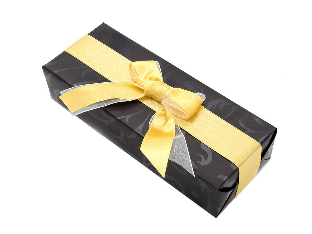 Ręczne pakowanie prezentu - złota tasiemka, całość zapakowane w ozdobny papier